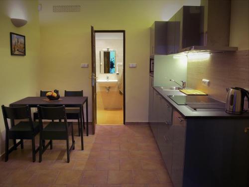 Een keuken of kitchenette bij Apartments U Labuti