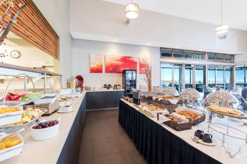 A restaurant or other place to eat at Silverwater Resort Phillip Island
