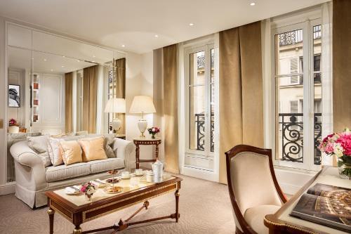A seating area at Hotel Splendide Royal Paris - Relais & Châteaux