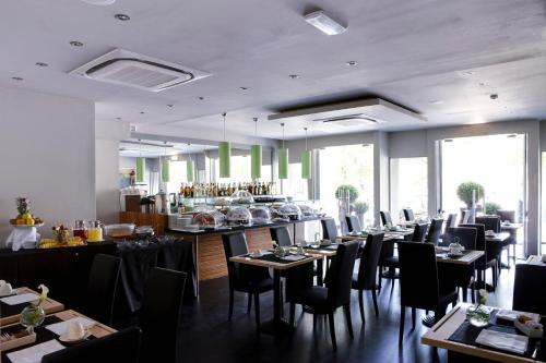 Un restaurante o sitio para comer en Twentyone Hotel