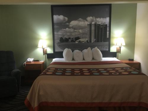 A bed or beds in a room at Super 8 by Wyndham Newton