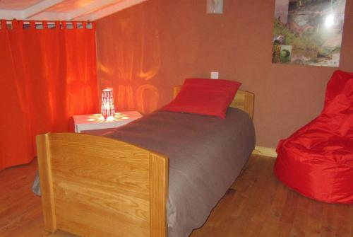 A bed or beds in a room at La Clé des Champs