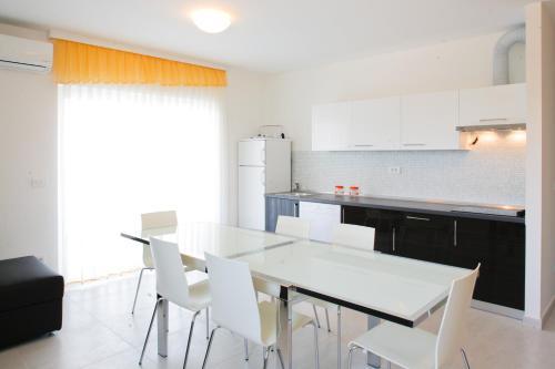Kuchyňa alebo kuchynka v ubytovaní Vila Novak
