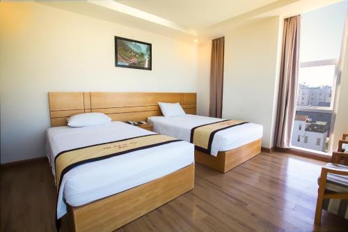 Giường trong phòng chung tại Nhat Linh Da Nang Hotel
