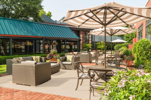 A restaurant or other place to eat at The Saratoga Hilton