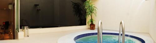 A piscina localizada em Rhodes Motel ou nos arredores
