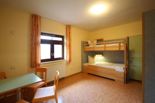 Двухъярусная кровать или двухъярусные кровати в номере DJH Jugendherberge Heringsdorf