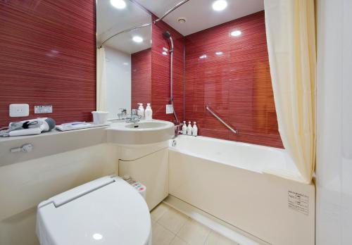 A bathroom at Daiwa Roynet Hotel Sakai Higashi