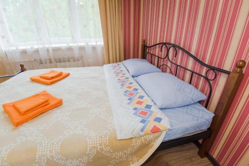 Кровать или кровати в номере Nine Nights Apartmens on Kalinina 48