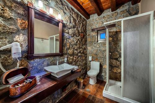Ένα μπάνιο στο Ξενώνας Πέρα Αλώνια