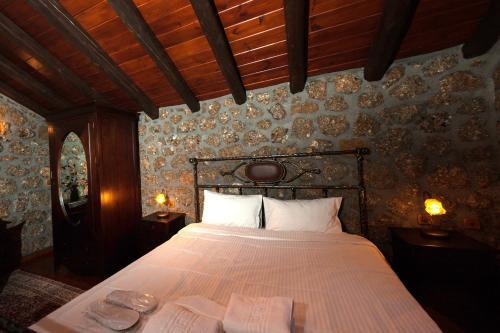 Ένα ή περισσότερα κρεβάτια σε δωμάτιο στο Ξενώνας Πέρα Αλώνια