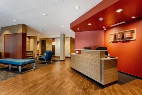 The lobby or reception area at TownePlace Suites by Marriott Charleston Mt. Pleasant