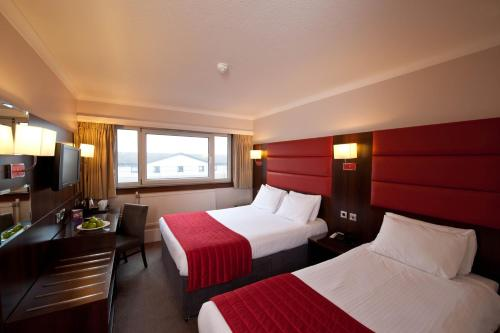 A bed or beds in a room at Leonardo Inn Glasgow West End