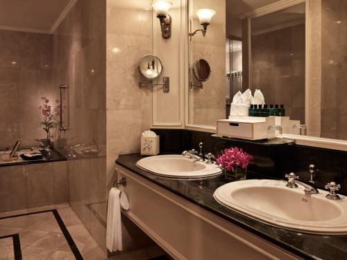 A bathroom at Sofitel Angkor Phokeethra Golf & Spa Resort