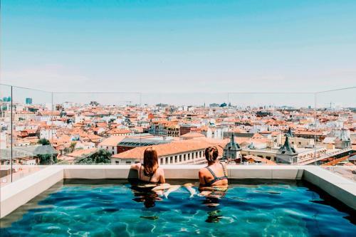 Het zwembad bij of vlak bij Dear Hotel Madrid