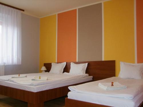 Łóżko lub łóżka w pokoju w obiekcie Pokoje Gościnne
