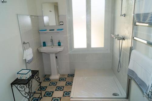 A bathroom at Villa atmosphère à l'ile verte
