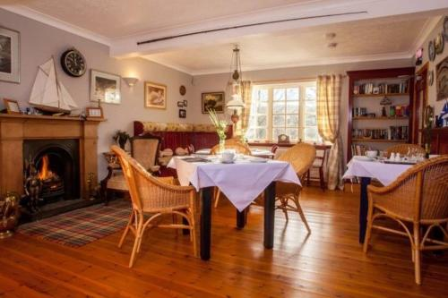 A restaurant or other place to eat at Lochview Guesthouse