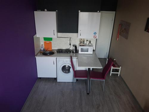 Кухня или мини-кухня в Ваша Зона Комфорта на Проспекте Астрахова 6 Студия Токио