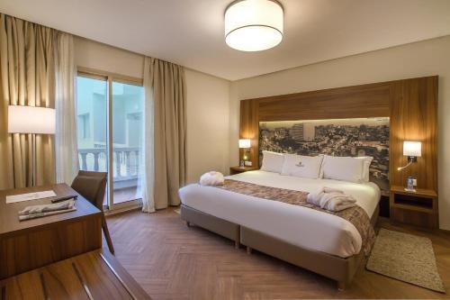 سرير أو أسرّة في غرفة في Melliber Appart Hotel