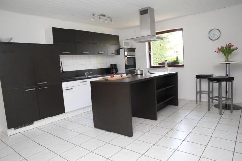 Küche/Küchenzeile in der Unterkunft Ferienhaus am Maibüsch - rollstuhlgerecht