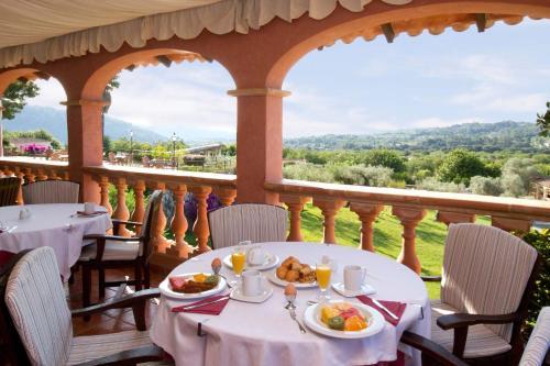 Ein Restaurant oder anderes Speiselokal in der Unterkunft Monnaber Nou Finca Hotel & Spa