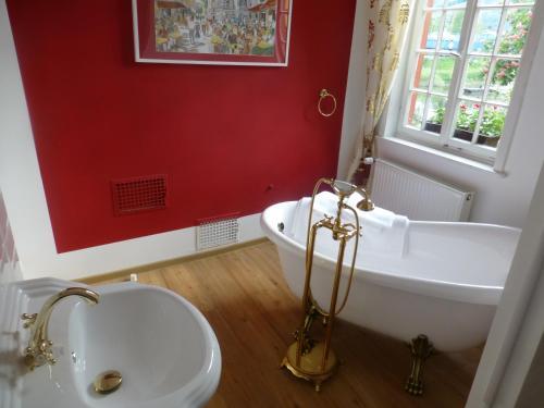 Ein Badezimmer in der Unterkunft Pension Historisches Wirtshaus an der Lahn