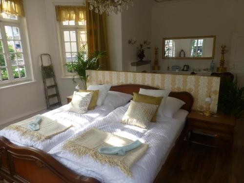 Ein Bett oder Betten in einem Zimmer der Unterkunft Pension Historisches Wirtshaus an der Lahn
