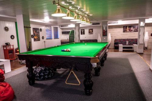 A pool table at Schwanen Resort