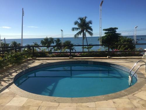 A piscina localizada em FLAT COMPLETO - FRENTE AO MAR ou nos arredores