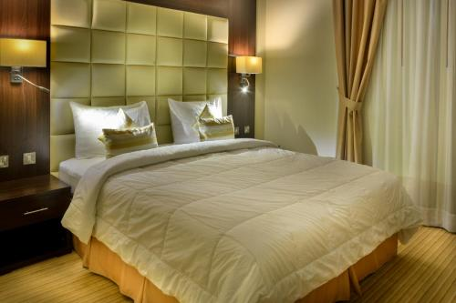 A bed or beds in a room at Golden Ocean Hotel