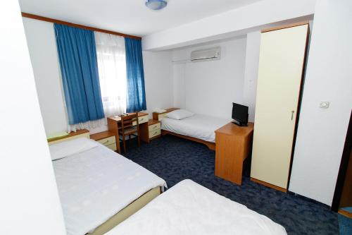 """A bed or beds in a room at Motel """"Tri lovca"""""""