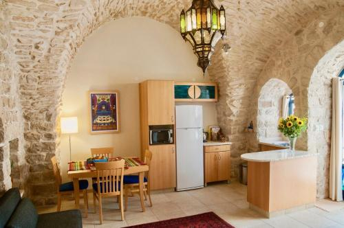 A kitchen or kitchenette at Artist Quarter Guesthouse B&B