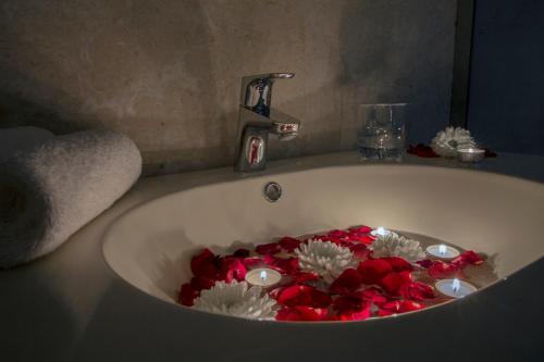 Um banheiro em Rollins Hotel