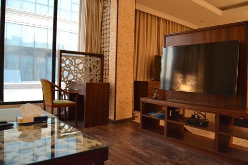 Uma TV ou centro de entretenimento em Sahlan House