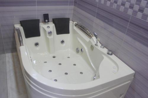 Um banheiro em Izdehar Furnished Apartments