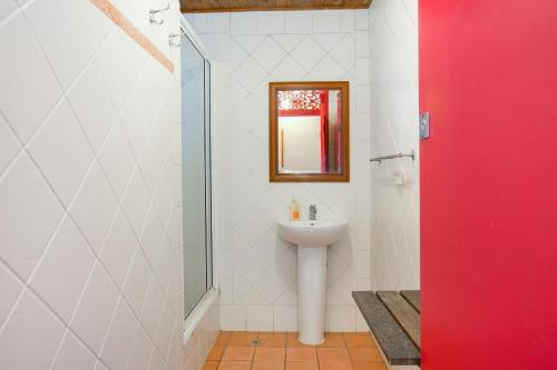 A bathroom at Dreamtime Travellers Rest , Guest House
