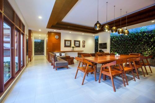A restaurant or other place to eat at Pudak Sari Unizou Hostel