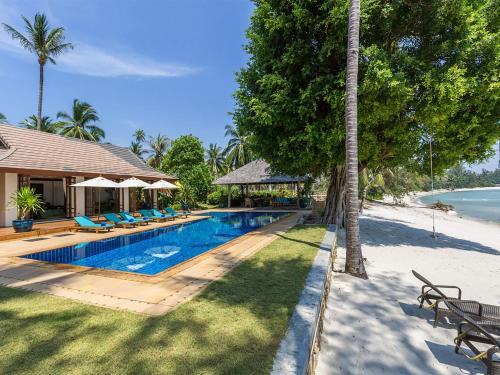 The swimming pool at or close to Villa Waimarie