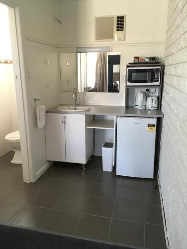 A kitchen or kitchenette at Motel Yarrawonga
