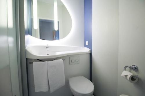 A bathroom at ibis budget Muenchen Ost Messe