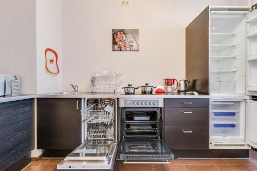 Кухня или мини-кухня в Apartments at the pioneer metro station