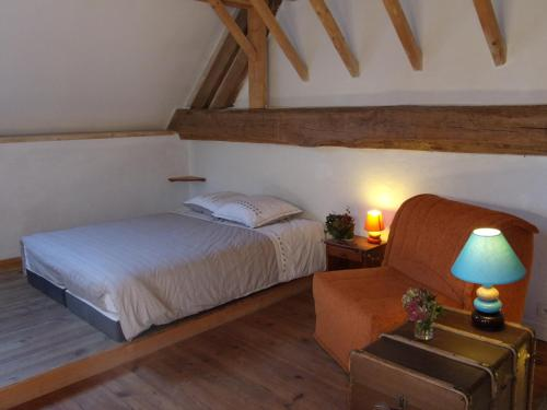 A bed or beds in a room at Chambres d'hôtes L'Ange Blanc