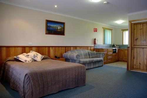 A bed or beds in a room at Kentish Hills Retreat