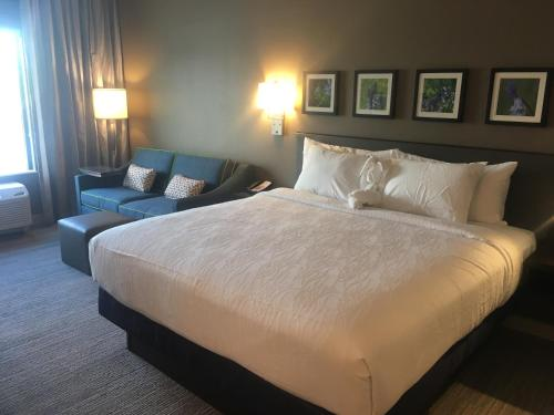 A bed or beds in a room at Hilton Garden Inn Austin Airport
