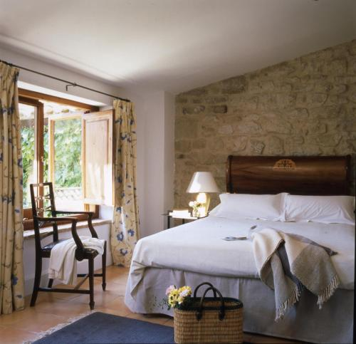 A bed or beds in a room at La Torre del Visco - Relais & Châteaux