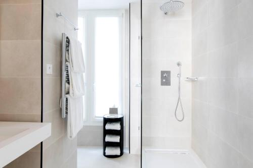 A bathroom at Hôtel Mathis Elysées