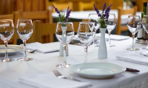 Un restaurante o sitio para comer en Hotel Farré D'avall