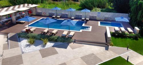 Vista sulla piscina di Hotel Korali o su una piscina nei dintorni