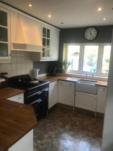A kitchen or kitchenette at Croxley House